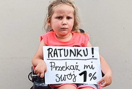 Zdjęcie podopiecznego trzymającego tabliczkę z napisem 'Ratunku! Przekaż mi swój 1%'